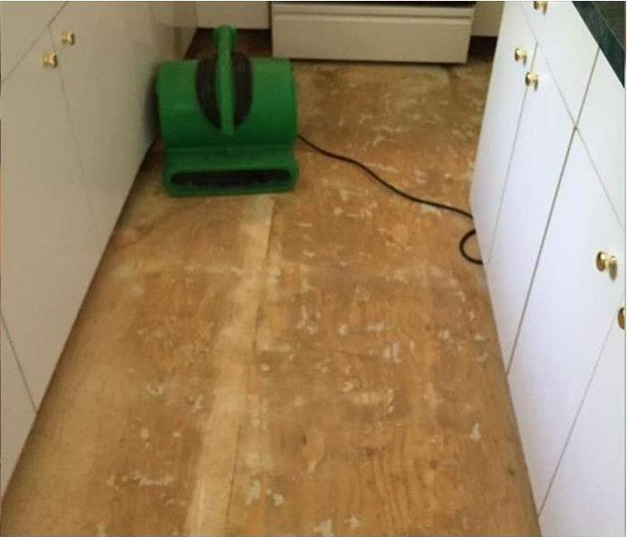 dry plywood floor with SERVPRO air mover on floor